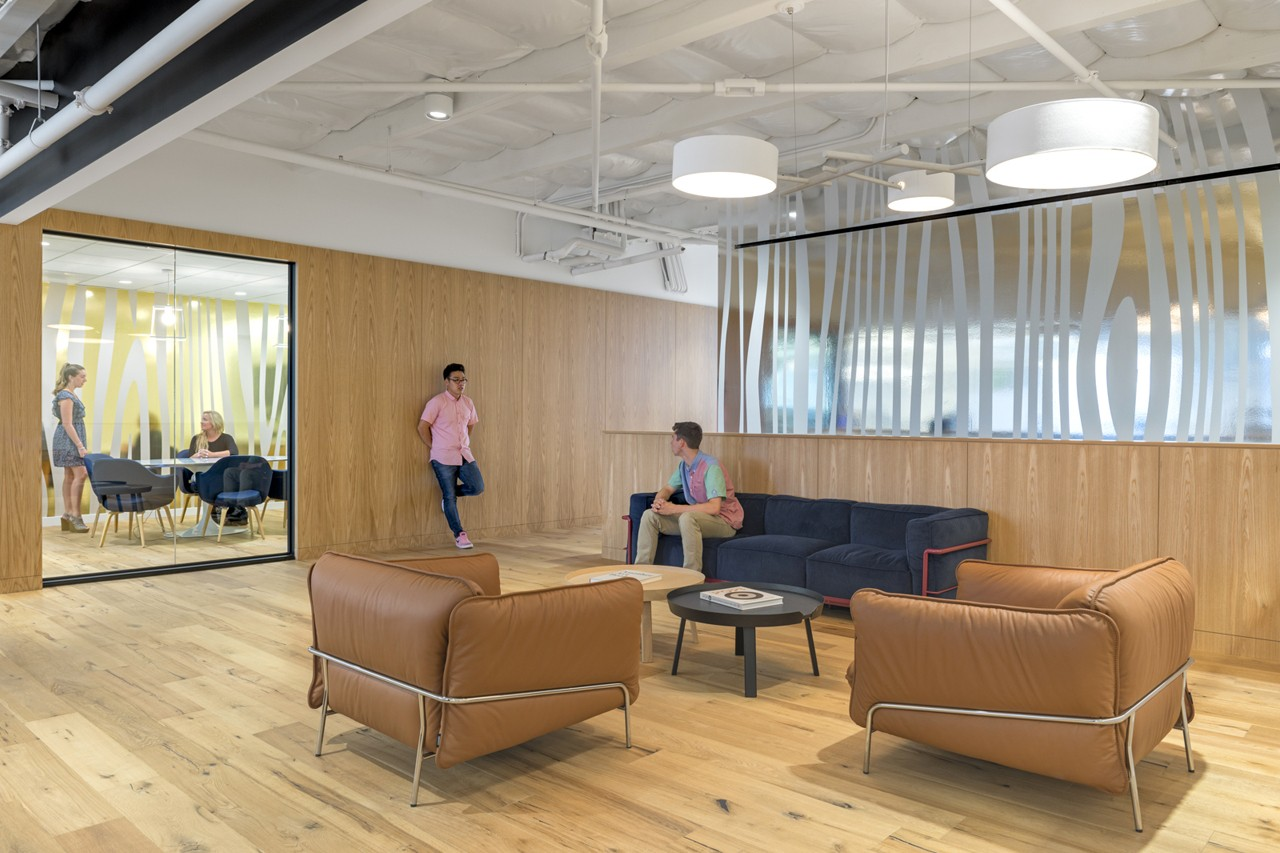 Креативное оформление офиса - раздвижные стеклянные двери
