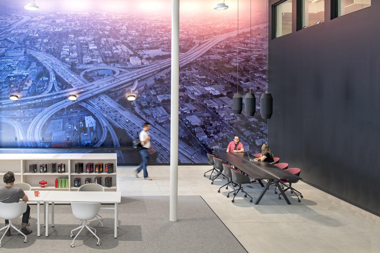 Креативное оформление офиса - фотообои на всю стену
