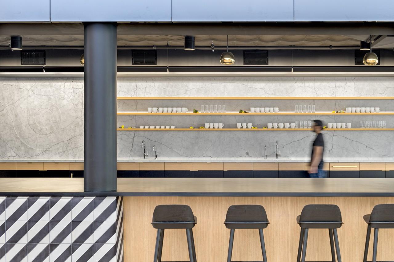 Креативное оформление офиса - барная стойка