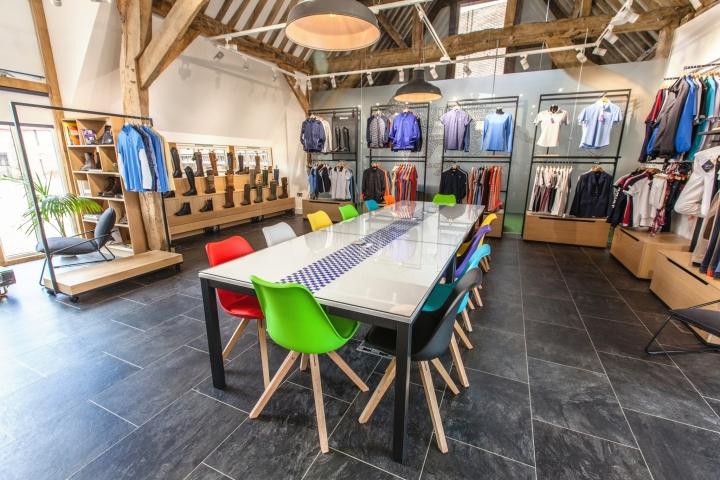 Креативное оформление офиса-магазина Ariat - выставочный зал