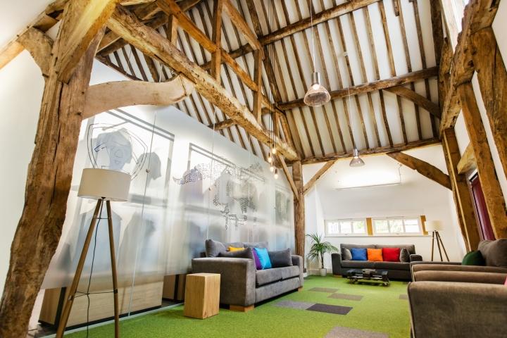 Креативное оформление офиса Ariat - дерево в оформлении потолка и стен
