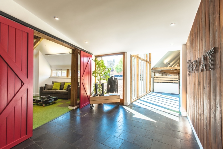 Креативное оформление офиса Ariat - красные раздвижные двери