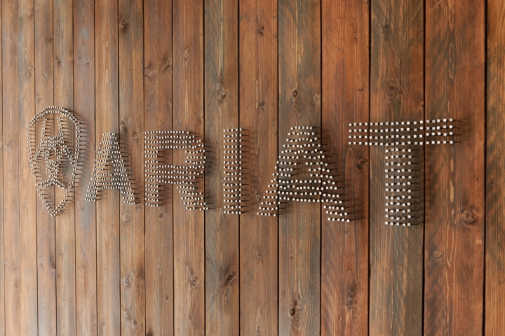 Креативное оформление офиса Ariat - логотип. Фото 2