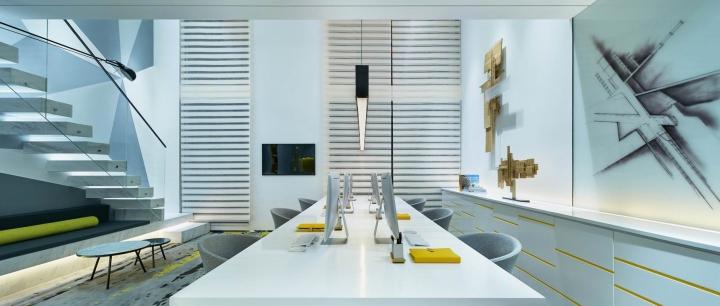 Белые столы в креативном оформлении офиса