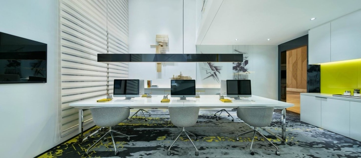 Белые кресла в креативном оформлении офиса