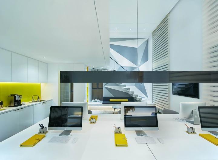Белые стены в креативном оформлении офиса