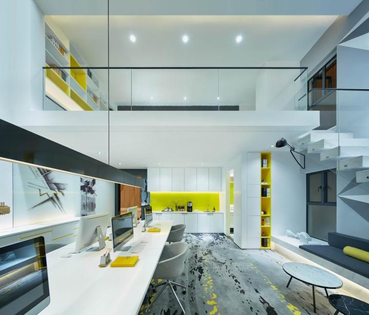 Стеклянные перила в креативном оформлении офиса
