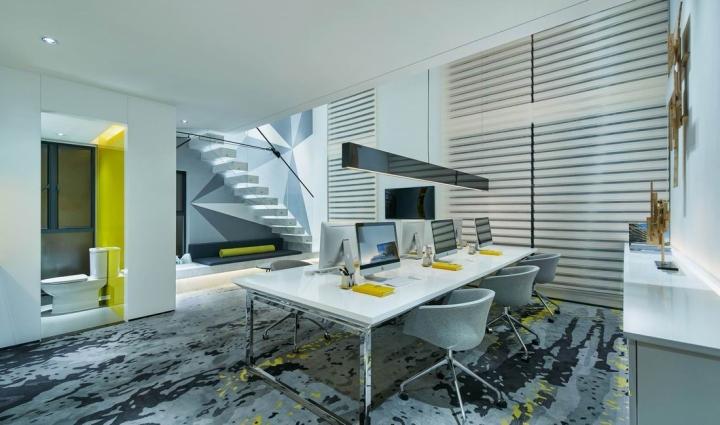 Чёрный подвесной светильник в креативном оформлении офиса