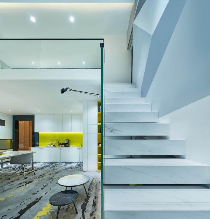 Белые мраморные ступеньки в креативном оформлении офиса