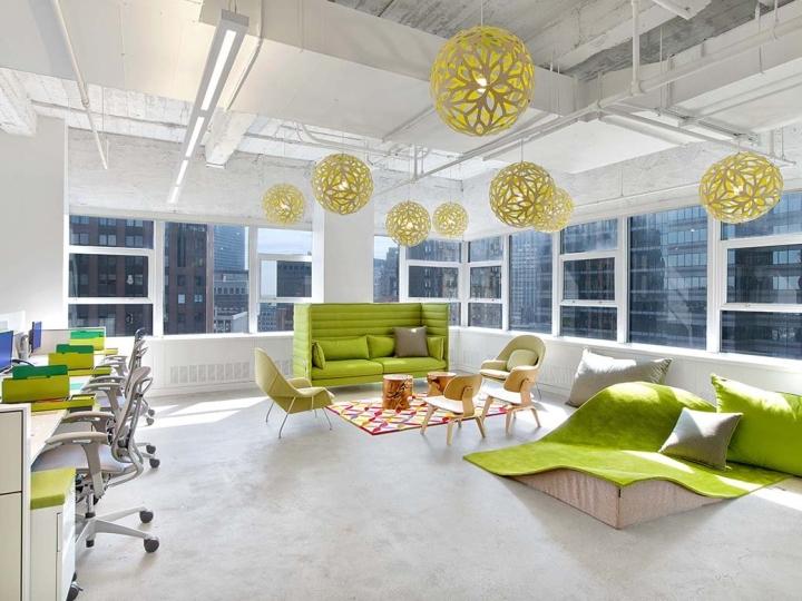 Ярко-зелёные диваны в интерьере офиса