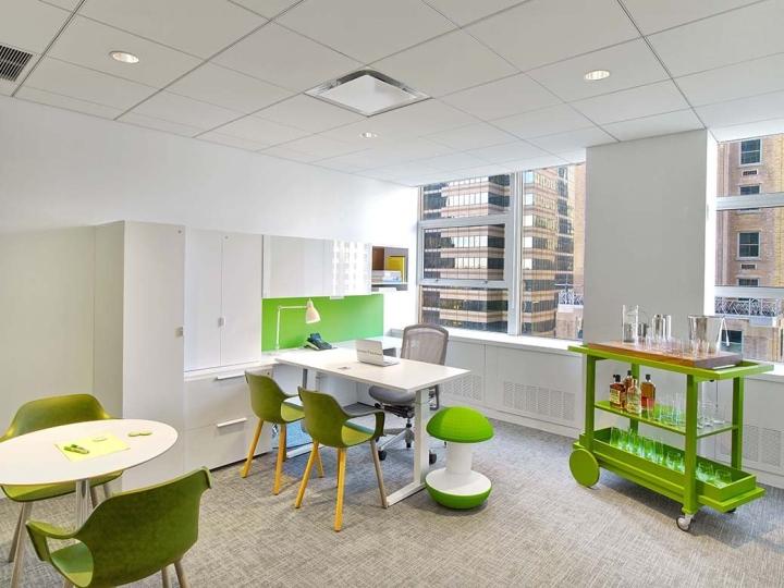 Зелёные кресла для посетителей в интерьере офиса