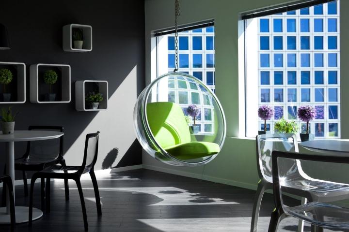 Яркий креативный дизайн офиса с зелёными акцентами