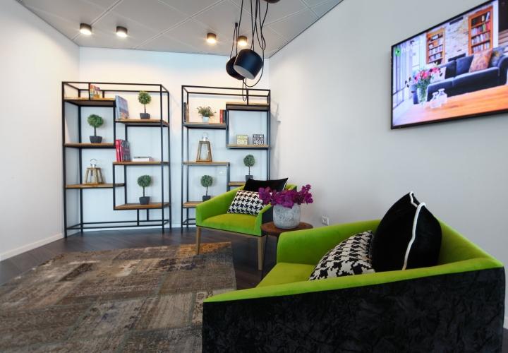 Дизайн мягких кресел с чёрно-зелёной обивкой в креативном интерьере офиса