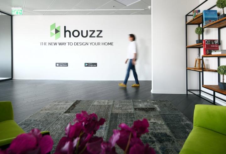 Белая стены с логотипом компании в креативном дизайне офиса