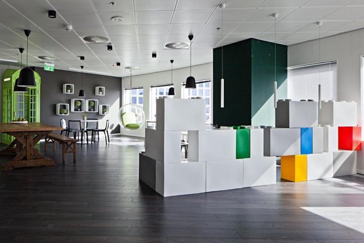 Оригинальные белые блоки для зонирования помещения в креативном дизайне офиса