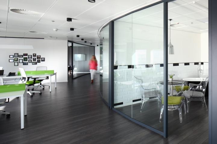 Чёрный ламинат на полу в дизайне офиса