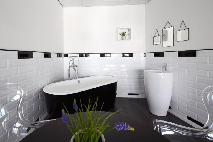 Декор в виде чёрно-белой ванной комнаты в креативном дизайне офиса