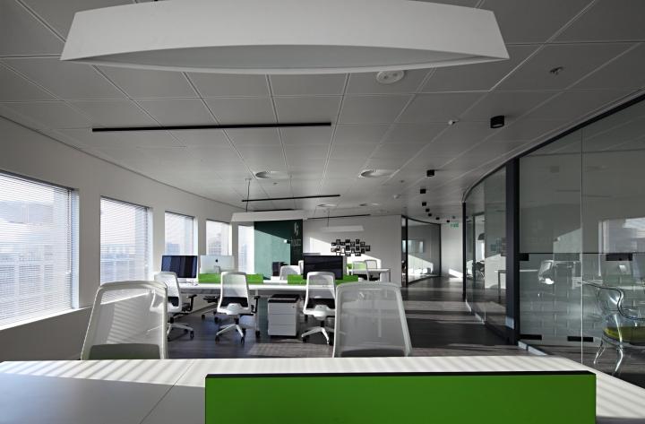 Дизайн рабочих мест сотрудников в белом цвете в креативном интерьере офиса
