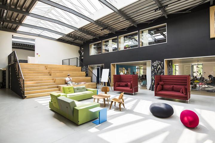 Креативный интерьер офиса с яркой мебелью