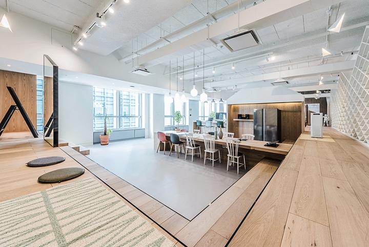 Светлый деревянный настил на полу в интерьере шоурума