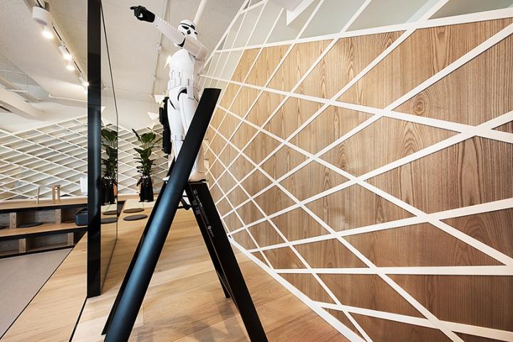 Необычное декорирование деревянной стены в интерьере шоурума