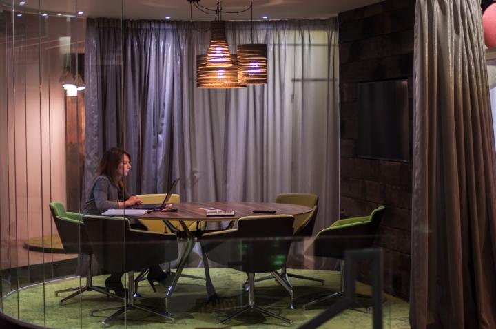 Зелёные офисные кресла в интерьере креативного офиса