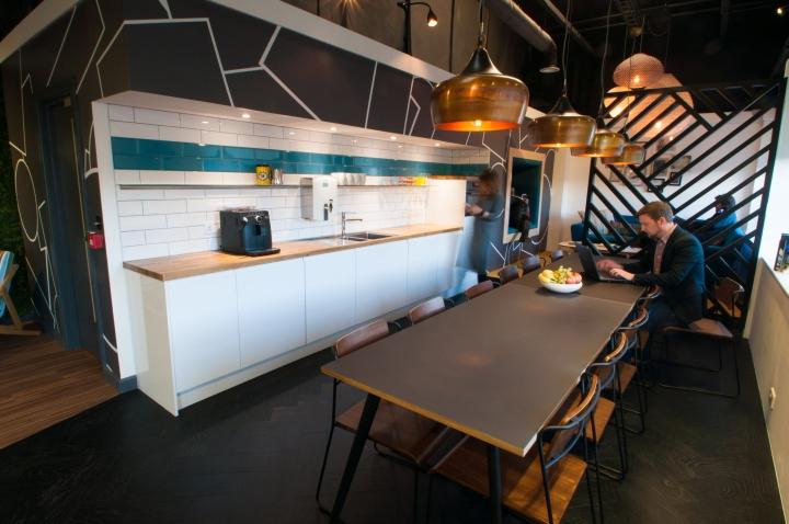 Белый гарнитур в интерьере кухни креативного офиса