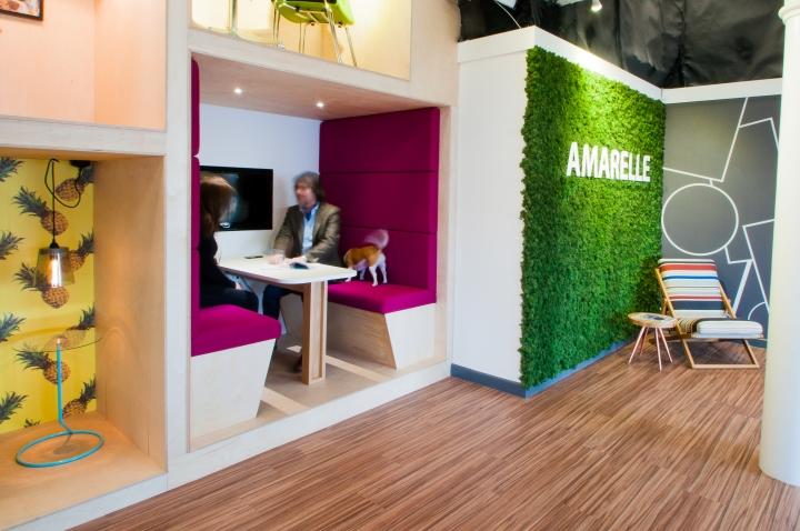 Ярко-розовые кресла в интерьере креативного офиса