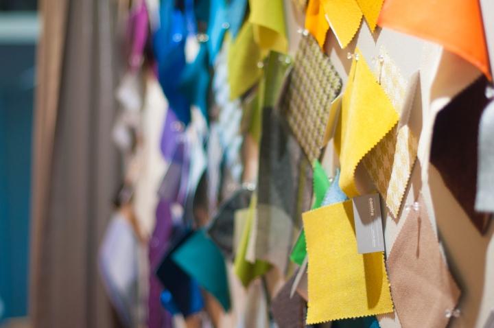 Кусочки текстиля на стене в интерьере креативного офиса