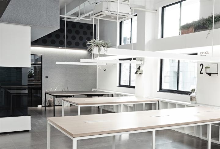 Лаконичный дизайн интерьера офиса в Шанхае - дерево в интерьере