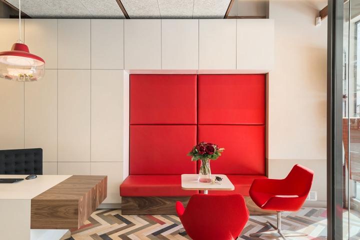 Лаконичный дизайн интерьера офиса в Лондоне, Англия: красочные элементы интерьера