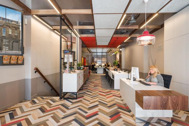Лаконичный дизайн интерьера офиса в Лондоне, Англия: своеобразный коридор