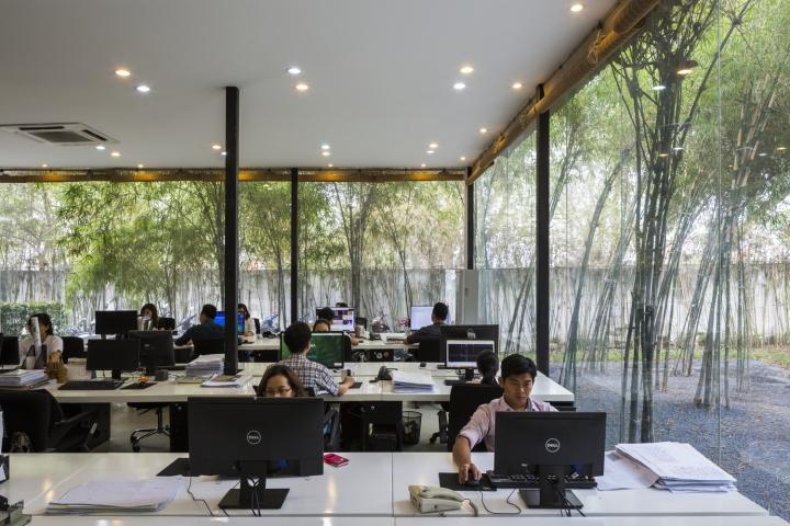 Интерьер рабочего офиса: светлая рабочая зона