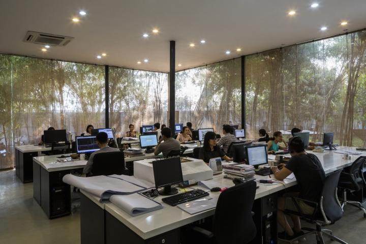 Интерьер рабочего офиса: чёрно-белые столы