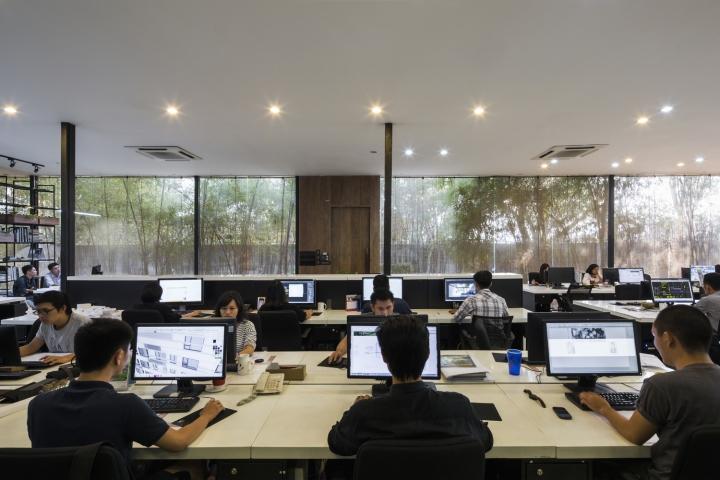 Интерьер рабочего офиса с открытой планировкой