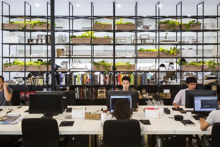 Интерьер рабочего офиса: стеллажи