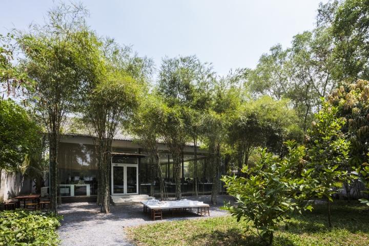 Интерьер рабочего офиса: здание утопает в зелени