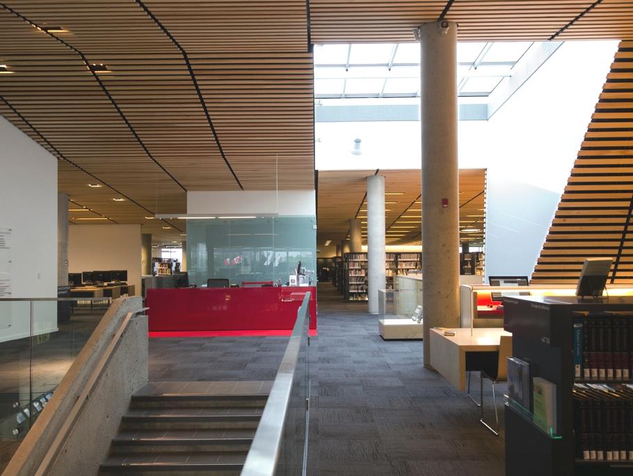 Креативное и оригинальное оформление потолка тонкими деревянными рейками