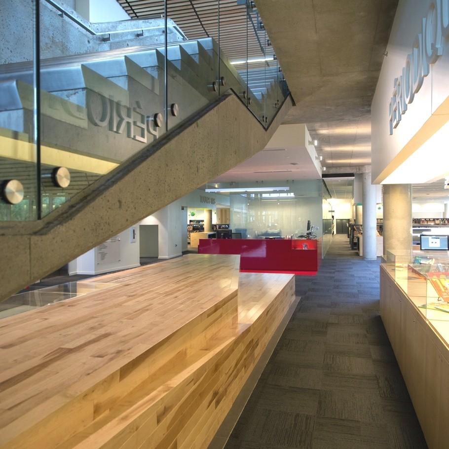 Оригинальная лестница соединяющая верхний и нижний этаж между собой