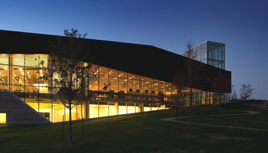 Превосходный вечерний вид библиотеки