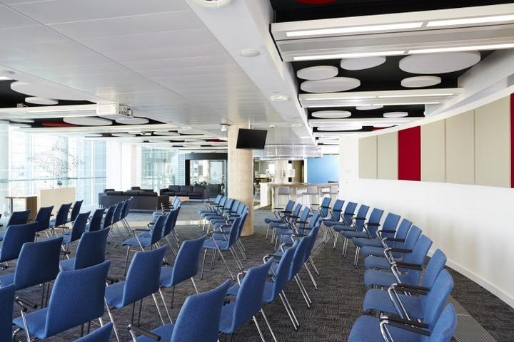 Синие стулья в конференц-зале офиса