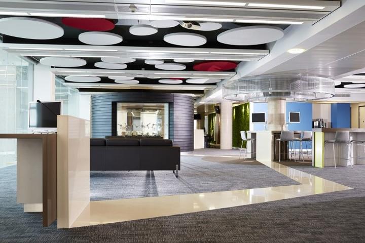 Декор потолка офиса красными и белыми круглыми элементами