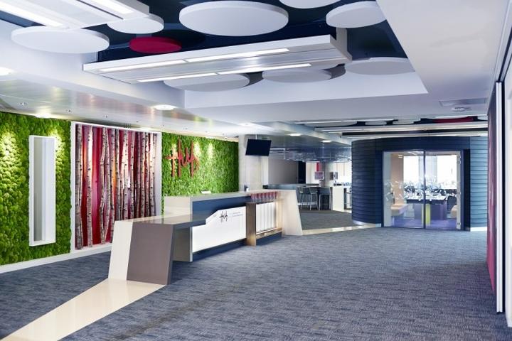 Стойка рецепции в офисе представительства Welsh Government's new Life Sciences Hub