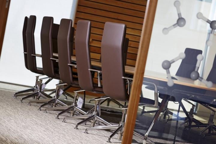 Удобные кресла с кожанной спинкой