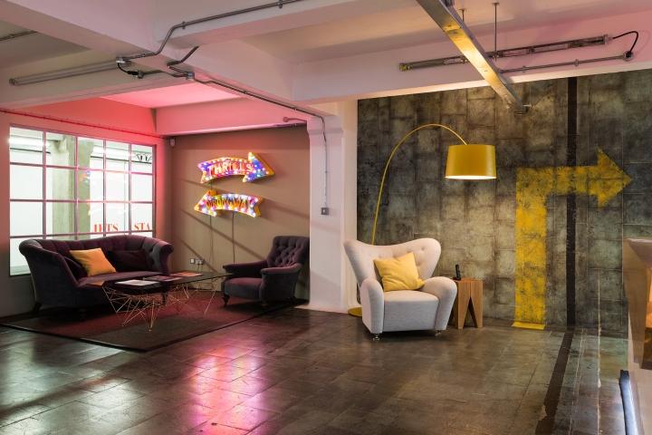 Лофт в интерьере офиса Feed Communications - графический рисунок на стене
