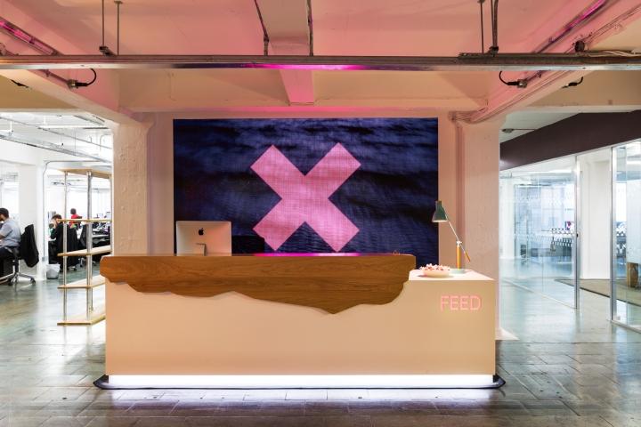 Интерьер офиса в стиле лофт - зона ресепшн со светодиодной подсветкой