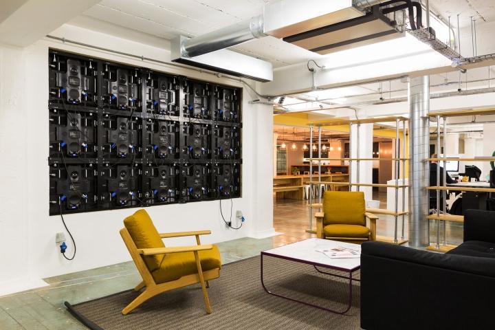 Лофт в интерьере офиса - желтые кресла как яркий акцент в дизайне зоны отдыха