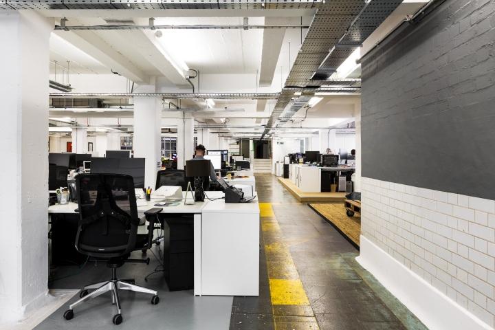 Преобладание белого и серого цвета в интерьере офиса в стиле лофт