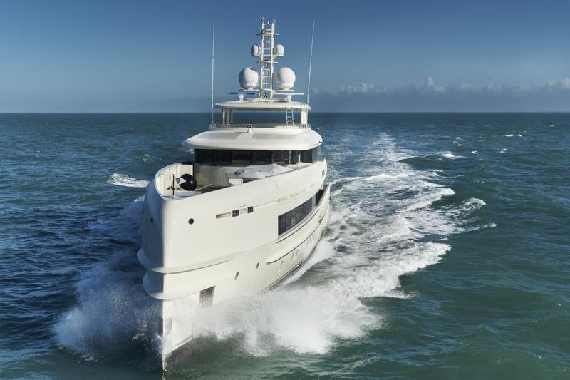 Алюминиевая лёгкая яхта YN 16750 на воде
