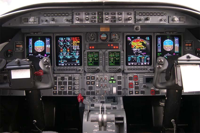 Кабина пилотов в реактивном самолёте Learjet 45XR